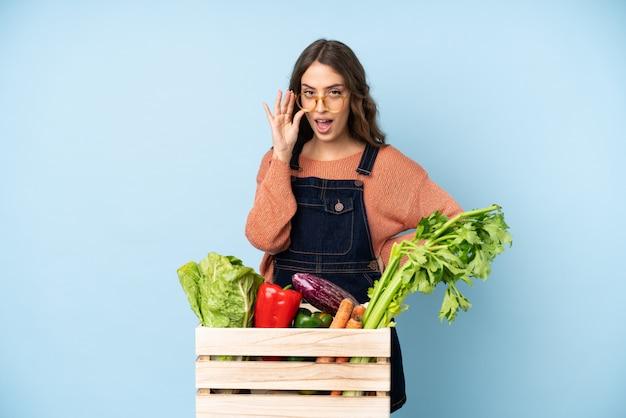 農家の眼鏡をかけた箱で摘みたての野菜と驚いた