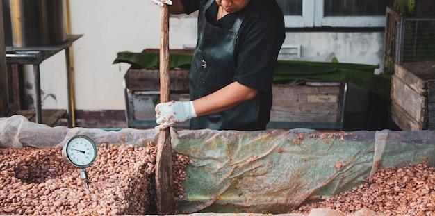 農家はカカオ豆を発酵させてチョコレートを作っています。