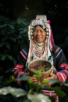庭でアラビカコーヒー豆を収穫する農家、農業の概念