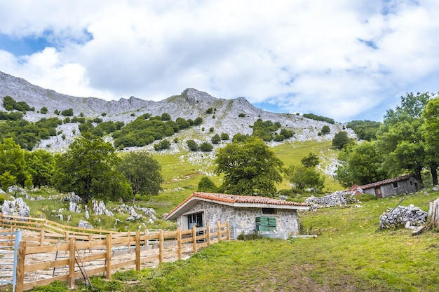 농부들은 언덕 오르기의 마법 같은 환경에서 오두막을지었습니다.