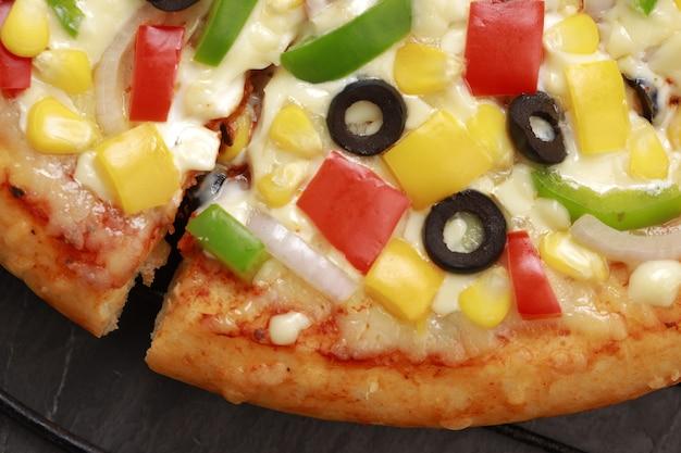 赤緑と黄色のピーマンを使ったファーマーズピザ