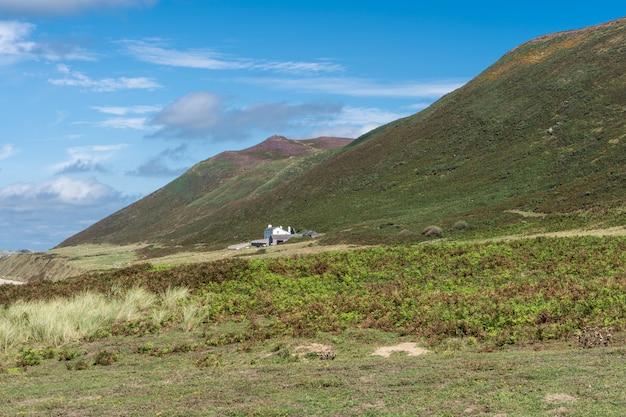 ウェールズの農家と緑の山