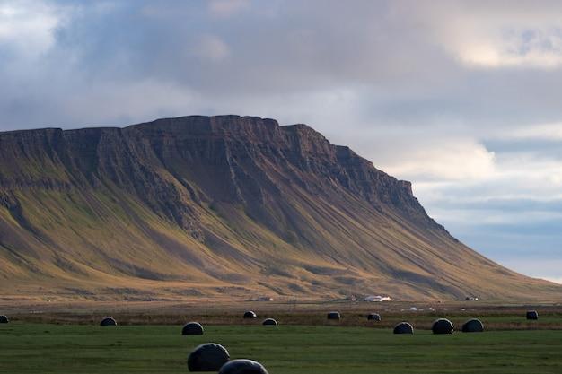 劇的な日没、アイスランドの西部フィヨルドの農家