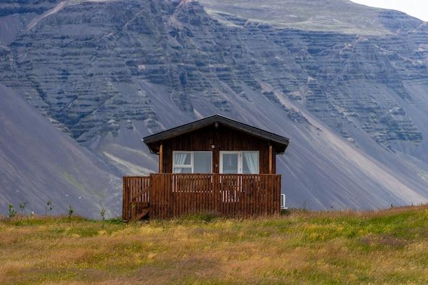 アイスランドの丘の上の農家と緑の野原