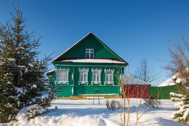 추운 겨울 날에 얼어 붙은 창문이있는 농가