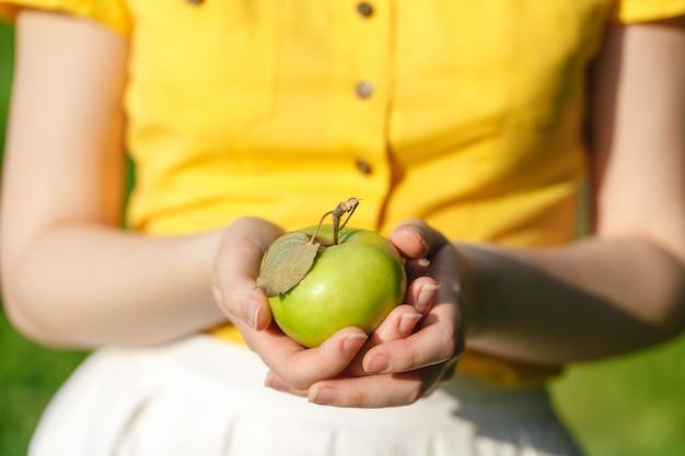 Сельское хозяйство, садоводство, сбор урожая и люди концепции - женщина, держащая яблоки