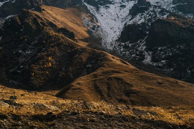 魅力的な魔法の自然、山の斜面、雪に覆われた丘