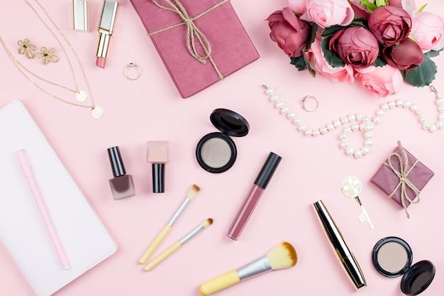 ピンクのファッションアクセサリーとメイクアップ製品