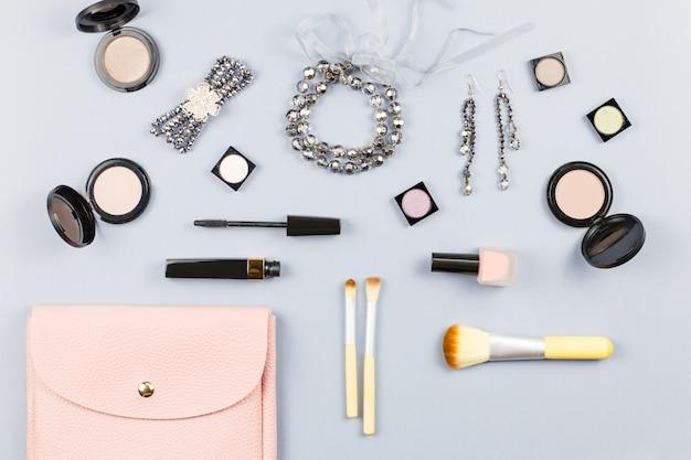 ファッションアクセサリー、化粧品、ジュエリー、テーブルの上のハンドバッグ。美しさとファッションのコンセプト、フラットレイアウト