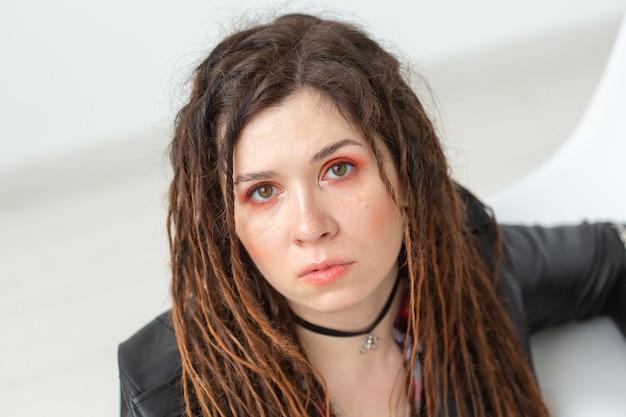 ファッションと美容のコンセプト-ドレッドヘアを持つ若いスタイリッシュな女性の肖像画