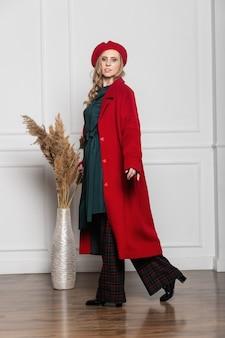 패션과 매력 개념 - 밝은 배경에 베레모와 코트를 입은 세련된 여성. 코트, 베레모, 옷, 스타일, 패션, 아름다움, 젊은 여자