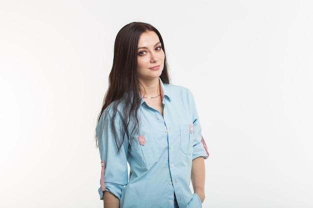패션과 사람들 개념-아름 다운 미소 젊은 여자의 초상화를 닫습니다