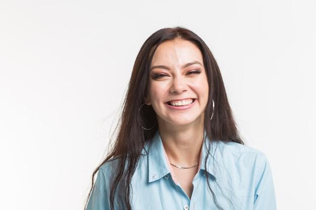 ファッションと人々のコンセプト-美しい笑顔の若い女性の肖像画をクローズアップ。