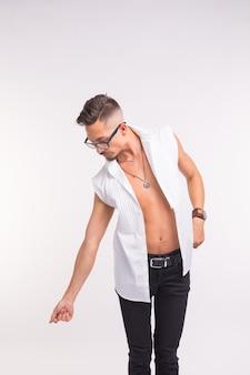 패션과 사람들 개념-안경에 잘 생긴 남자와 흰색 표면을 내려다보고 속박 셔츠