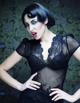ファッションアートの女の子の肖像画。ヴァンプスタイル。グラマー吸血鬼の女性。スタジオショット。