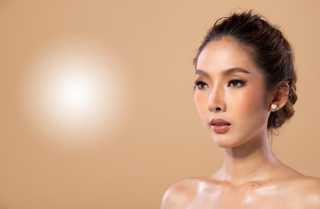 ファッションアジアの女性のウェットオイルスキンケアは美しいヘアスタイルを持っています