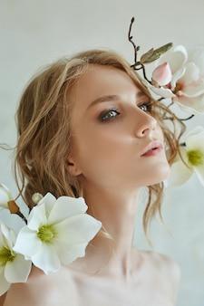 花の美しい女性の肖像画をファッションします。