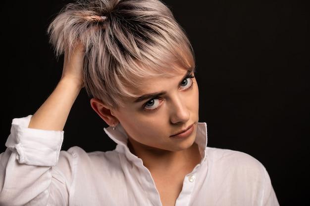 Мода красивая молодая женщина с короткими волосами. сильная блондинка.