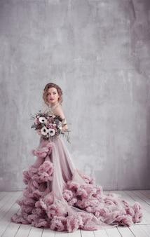 Девушка модели красоты моды с волосами цветков. невеста. идеальный творческий макияж и прическа. прическа. букет красивых цветов.
