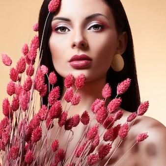 花とファッション美容モデルの女性。