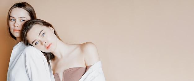 ファッション美容モデル2人の姉妹の双子の美しいヌードの女の子