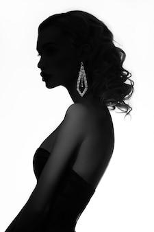 밝은 배경에 패션 뷰티 누드 금발의 여자. 팔과 목에 보석을 가진 소녀. 피부 관리와 아름다운 메이크업 완벽한 소녀. 우아한 곱슬 머리를 가진 고급 여자