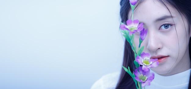 ファッションビューティーウーマンは真っ直ぐな黒髪が長く、寂しい悲しみを表現しています。
