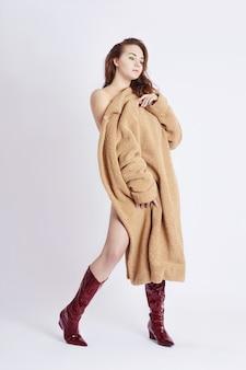 コートを着たファッション美女