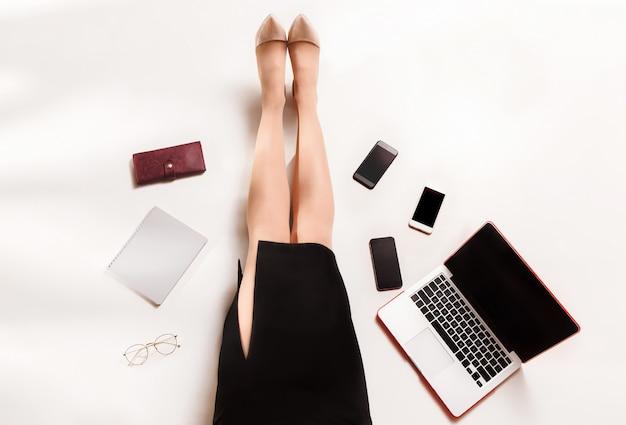 ラップトップコンピューターで書くファッションブロガー