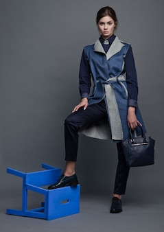 Мода бизнес красивая женщина с аксессуарами
