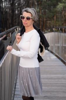 도시의 아름다운 드레스와 검은 색 재킷에 선글라스 패션 비즈니스 수석 매력적인 여자
