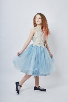 ファッションの子供たちはドレスや春服のポーズをとります。喜びと楽しみ