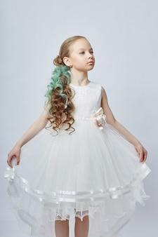 ファッションの子供たちはドレスや春服のポーズをとります。