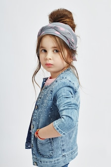 ファッションの子供たちは春のデニムの服を着てポーズします。