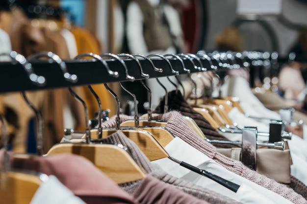Модная одежда на вешалках на показе