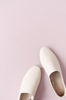 핑크에 여자의 흰색 가죽 슬리퍼와 패션 콜라주