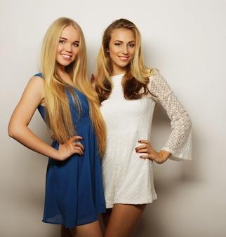 ファッション コンセプト: 夏のファッション ドレスで 2 人のセクシーな若い女性