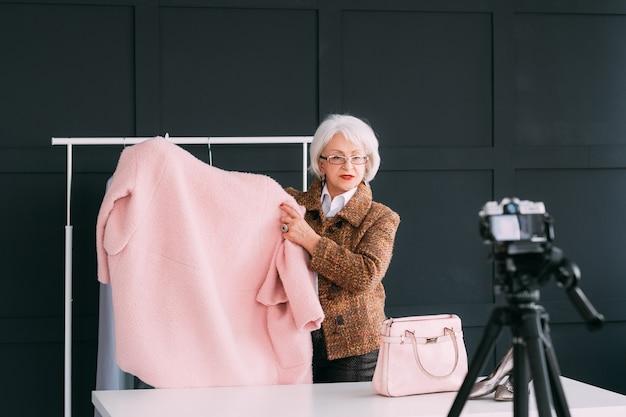 쇼룸에서 패션 컨설턴트입니다. 수석 유행 여자입니다. 직장에서 개인 스타일리스트