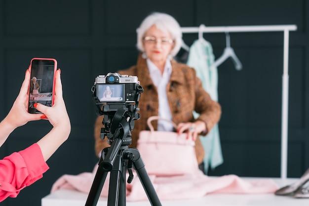 Консультант моды в выставочном зале. старшая модная женщина. личный стилист на работе