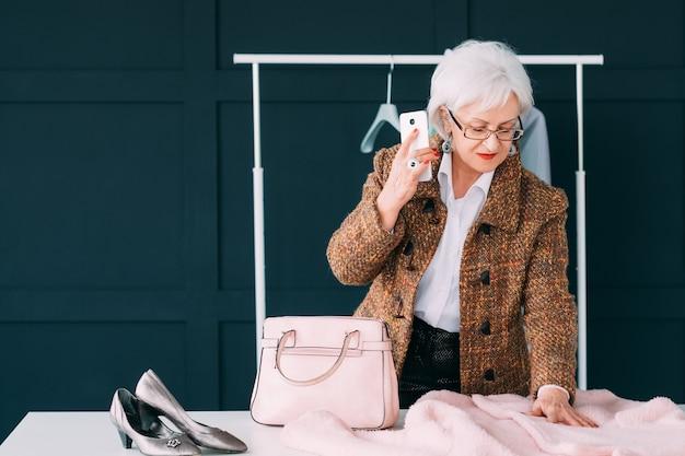 ショールームのファッションコンサルタント。シニアトレンディな女性。職場のパーソナルスタイリスト