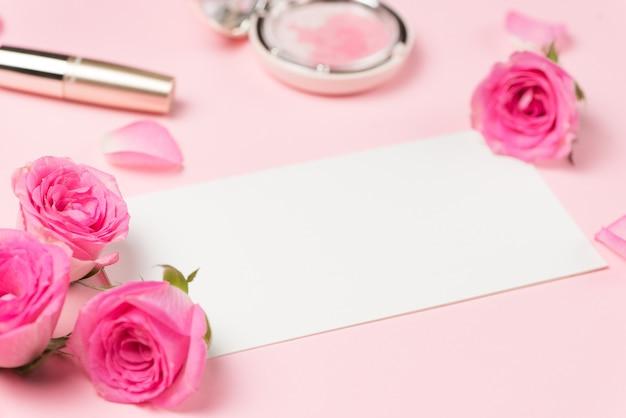 ピンクの背景にローズとファッション化粧品メイク