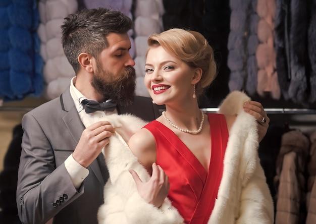 毛皮のコート、ファッションでポーズをとるファッションカップル。