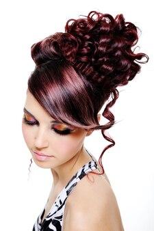 Модная креативная прическа на голову молодой красивой женщины