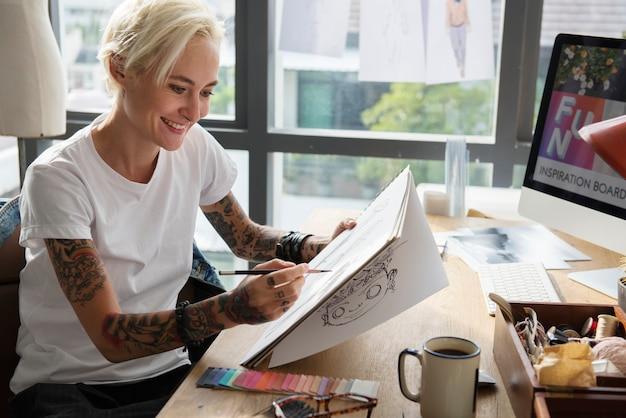 Художник-модельер, работающий в студии
