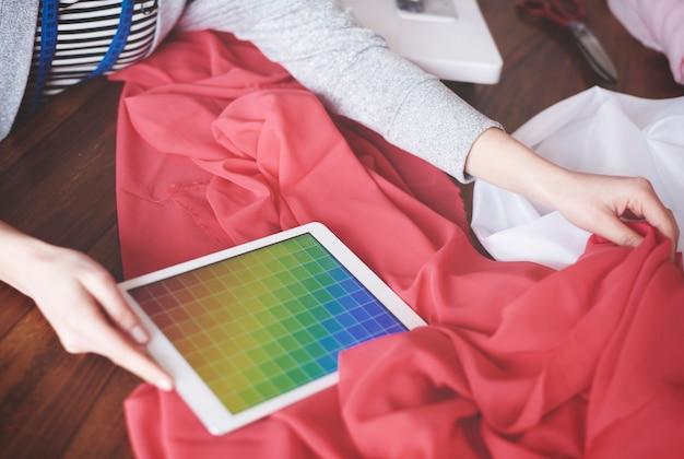 Модельер сочетает цвета с тканью