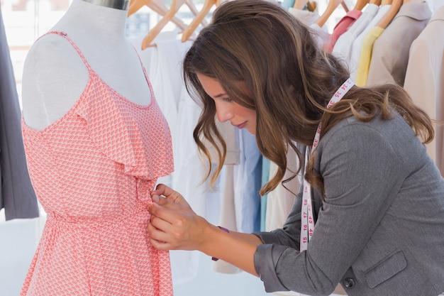 Модельер-дизайнер одежды на манекене