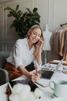 スタジオで電話でファッションデザイナー