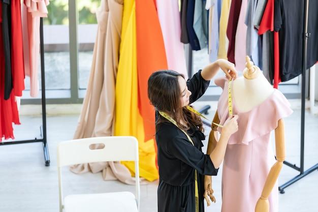 Владелец модного дизайнера работает