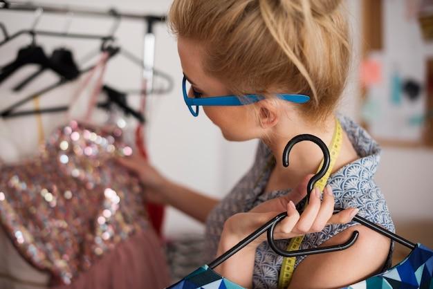 세련된 드레스를 입은 패션 디자이너
