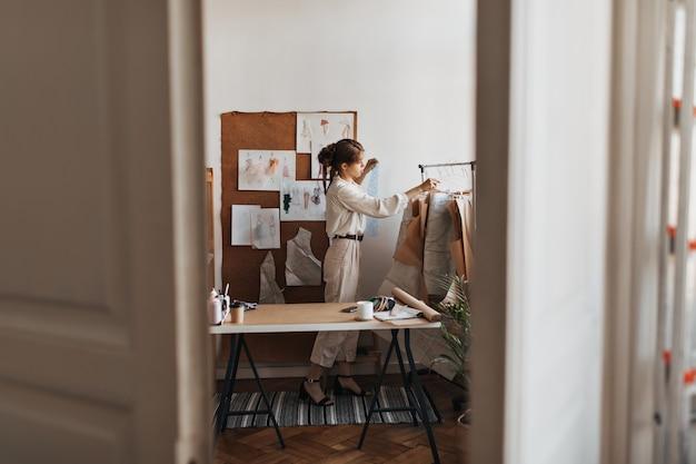 彼女のオフィスで働くファッションデザイナー